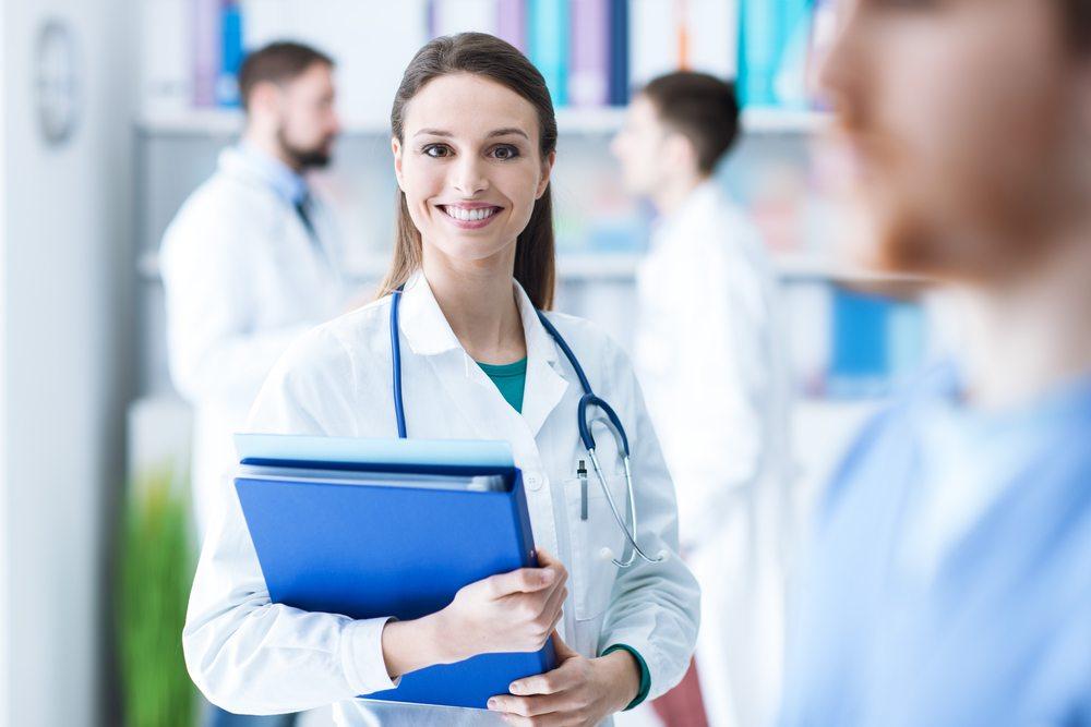 Médica sorrindo | Cuidados para evitar hemorroidas