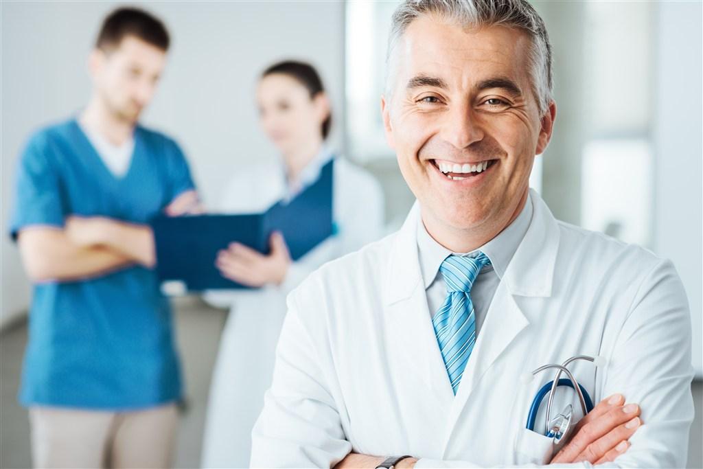 Médico sorrindo | O que é hérnia de hiato?