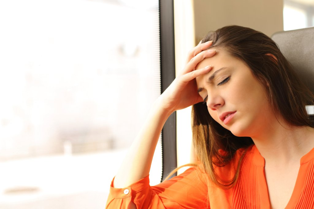 Mulher com mal estar | Como evitar enjoos na viagem