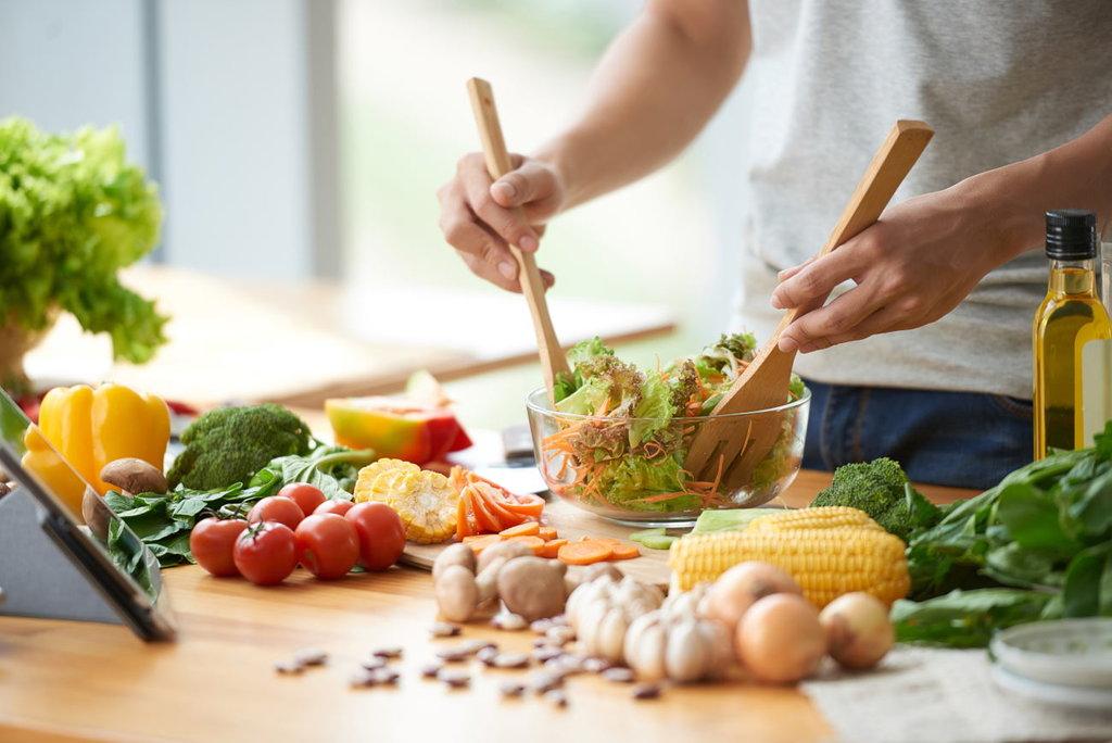 Salada sendo preparada | Como substituir o açúcar na dieta