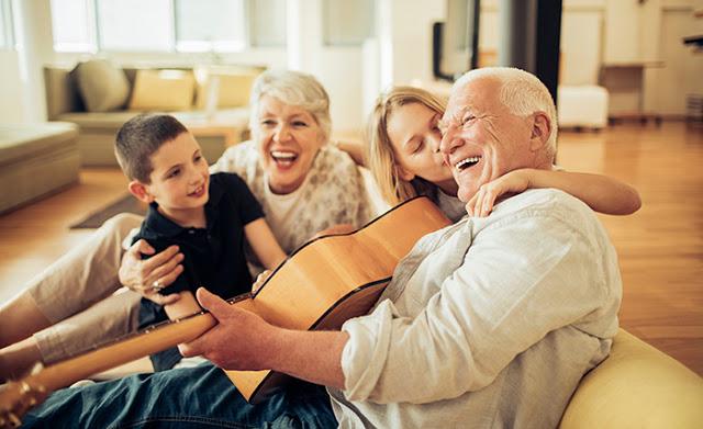 Família unida e sorrindo | O que é colonoscopia?