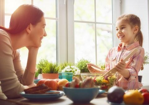 Mãe e filha preparando alimentos | Os impactos da reeducação alimentar