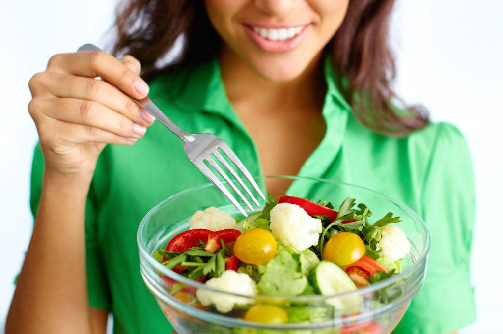 Mulher comendo salada | Formas de melhorar a pele com a alimentação