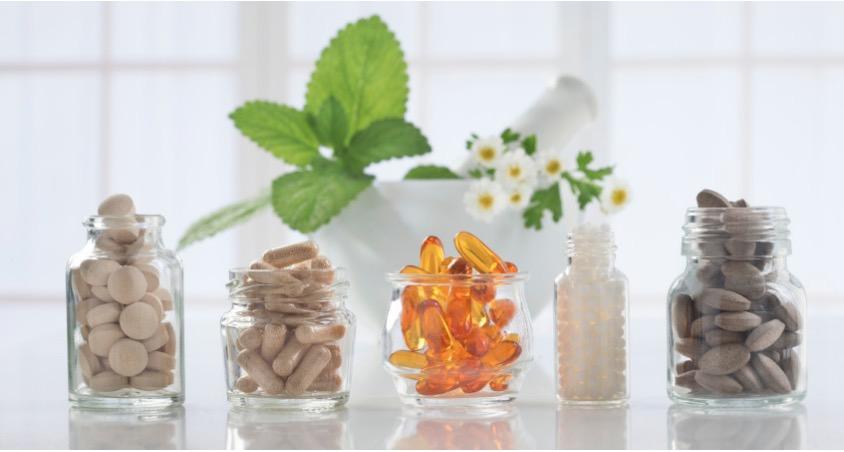 Potes cheios de vitaminas coloridas | Hipervitaminose - o que é e como tratar