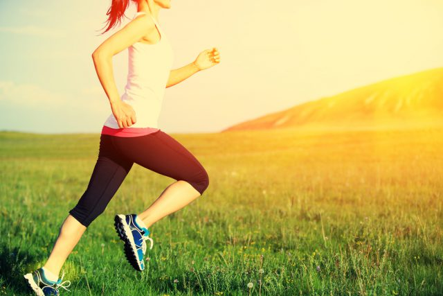 Como a atividade física pode ajudar na digestão - Mulher correndo no campo - Instituto Digestivo