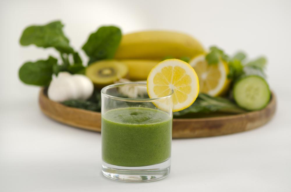 Exposição de frutas e legumes com suco verde e uma rodela de laranja, alimentos que fazem parte da dieta alcalina | O que é Dieta Alcalina