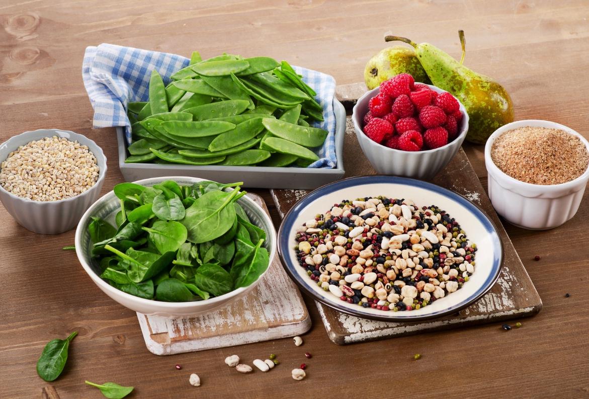 Alimentos ricos em fibras sobre a mesa | A importância das fibras para o funcionamento do sistema digestivo