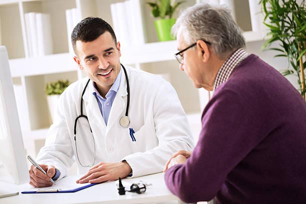 Doutor conversando com paciente e sorrindo | Principais dúvidas sobre Proctologia