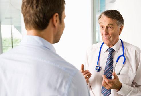 Médico conversando com paciente | Principais dúvidas sobre Proctologia