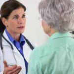 Doutora conversando com paciente | Colonoscopia: Por que realizar este exame?
