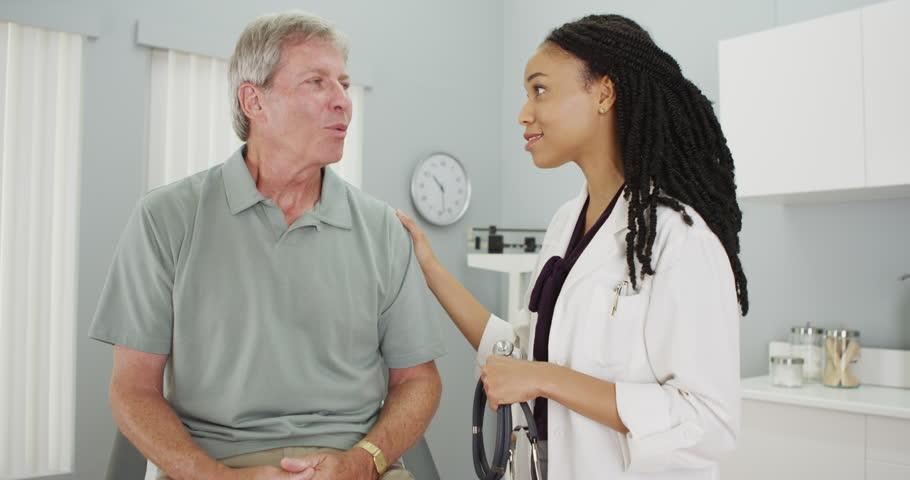 Médica conversando com paciente | Cuidados que você deve ter com seu Sistema Digestivo