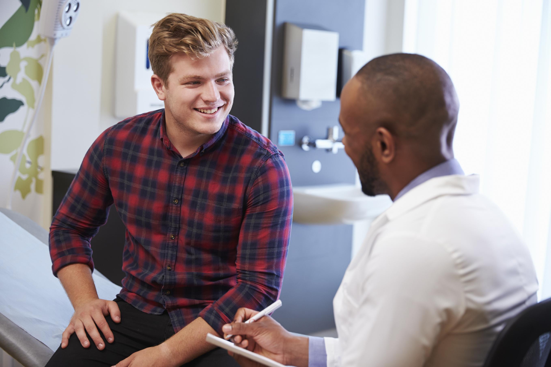 doutor conversando com paciente em sua sala | Mitos e verdades sobre a gastrite