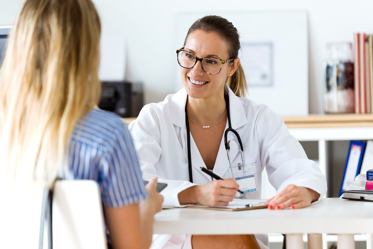 doutora explicando o diagnóstico de sua paciente | O que é CPRE?