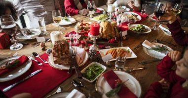 foto detalhe de mesa de natal com jantar em família | Os cuidados na alimentação nas festas de fim de ano